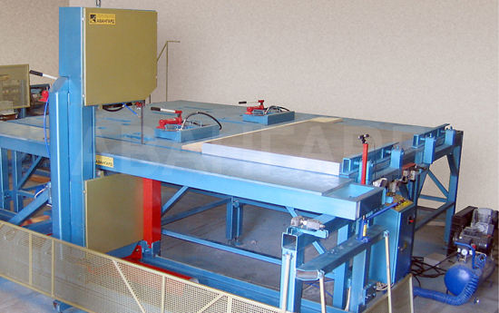 Bandsaw machine for cutting aluminum plates